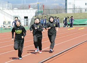 室蘭の入江運動公園陸上競技場で春合宿がピーク