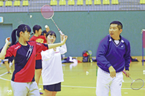 バドミントン 室蘭地区の協会が五輪育成の中国人コーチ招き練習会
