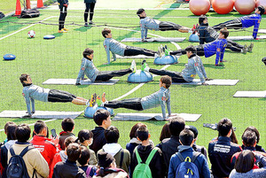 J1浦和 練習再開 ファン、サポーター750人駆け付け