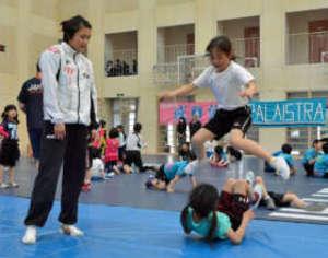 レスリング 伊調馨、高崎の育英短大でレスリング教室
