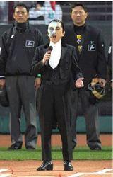 広島開幕戦、高井さん国家独唱 「オペラ座の怪人」公演PR