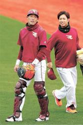 楽天 ブルペン捕手の長坂さん「球団に恩返しを」