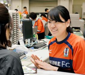 愛媛FCクラブシャツで業務 伊予銀・本町支店