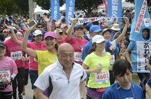 走者、笑顔で出発 伊江島一周マラソン
