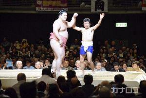 大相撲 川崎場所 猫ひろしが宇良に挑戦 熱戦に沸く