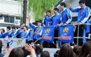 バレーボール・東レV戦士、1万人祝福 三島でパレード