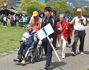東京五輪元聖火ランナーと障害者ら交流 大津でウオーキング