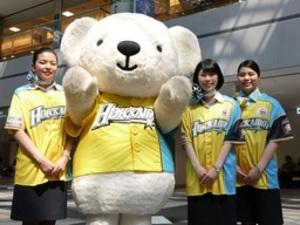 日本ハム エア・ドゥの客室乗務員らが限定ユニホーム着用