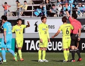 J1広島 警告急増、リーグ最多 守備手薄、無理に止める