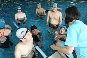 泳ぎ高め合い東京パラ狙う 長野県内3選手、ジュニア合宿に参加
