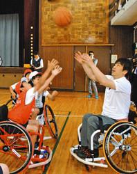 シドニーパラ日本代表・根木さん 片瀬小で車いすバスケ