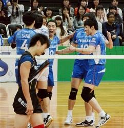 男子東レ、準決勝進出 全日本男女選抜バレー