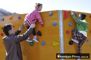 青森・平内町、ボルダリング子ども用遊具を設置