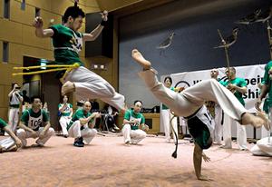 ブラジルのスポーツ・カポエイラ、華麗に躍動 京都で競技会
