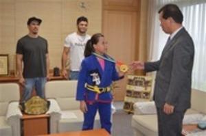 柔術 世界ユース優勝 中2の金城さん、掛川市長に報告