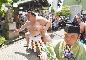 稀勢の里、相撲の神に奉納 野見宿禰神社で土俵入り