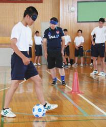 ブラインドサッカー、中学生歓声 立川九中体験会