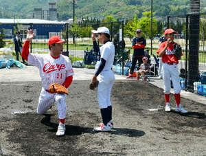 広島カープOB、小中生450人指導