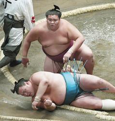 大相撲 御嶽海が土つかず3連勝 玉鷲をすくい投げ