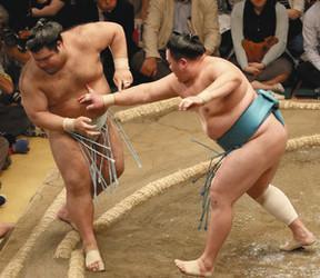 高安迷い、玉鷲に立ち遅れ連勝止まる 大相撲夏場所