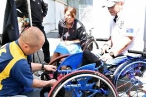 世界に1台の「足」で腕競う 飯塚国際車いすテニス大会