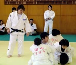 五輪柔道「銀」杉本さんら、中学生120人に指導