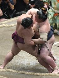 御嶽海、稀勢の里に敗れ3勝4敗 大相撲夏場所