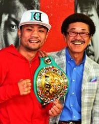 ボクシング比嘉「チャンピオンベルトが一番好き」 笑顔で会見