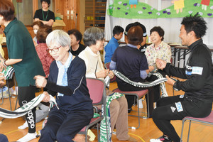 J2松本 「健康教室」スタート 選手ら高齢者アシスト