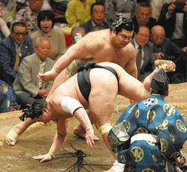 高安、大関確実に 日馬富士破り11勝