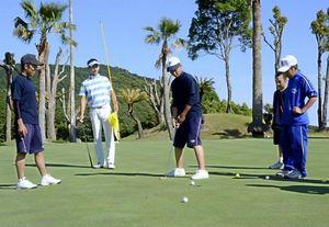 黒潮町の大方中、佐賀中の野球部員がゴルフに挑戦