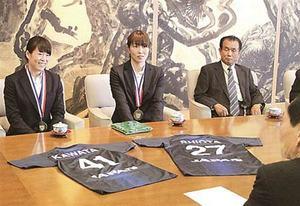 「世界」での活躍誓う 女子ハンドアジア準V 県勢2選手が知事表敬