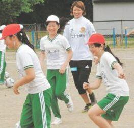 サッカー 仙台レディース 小学校でサッカー教室