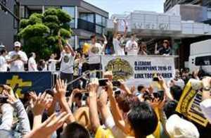 栃木、宇都宮凱旋 バスケBリーグ優勝パレードに3万人