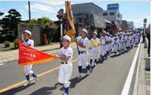馬頭ラッキー、学童軟式野球V 商店街パレードで祝う