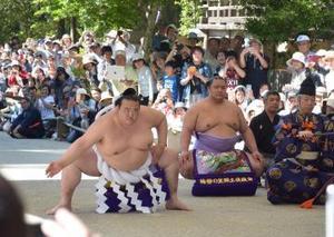 稀勢の里、鹿島神宮で土俵入り 茨城県内初披露に大歓声