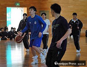 バスケBリーグ 青森の下山、母校弘前高でプロの技伝授