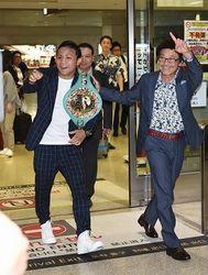 ボクシング 比嘉がチャンピオンベルトを肩にがい旋 那覇空港