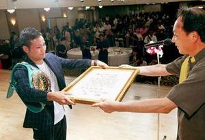 家族も感激 ボクシング比嘉大吾選手に特別スポーツ賞贈呈