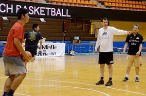 日本代表コーチ、熱く指導 高校生にバスケ教室