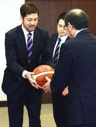 バスケ広島、市長へ来季昇格誓う