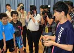 卓球・吉村選手「東京でも金を」、母校・野田学園高に報告