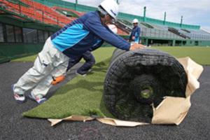 野球 釧路市民球場 人工芝の敷設作業着々