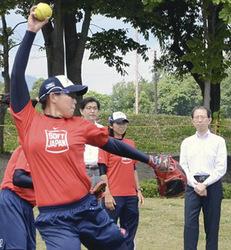 ソフトU23女子日本代表を激励 福島で内堀知事が強化合宿視察