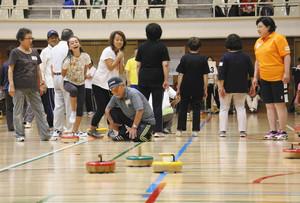 羽生でフロアカーリング大会 埼玉県内108チーム熱戦