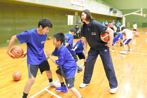 一流の技、間近で 丸亀でデンソー選手らバスケ教室