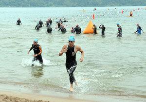 鉄人470人、琵琶湖岸で熱戦 滋賀、トライアスロン大会