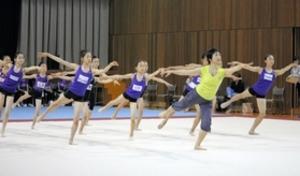 新体操女子 元五輪代表の秋山さんが兵庫の若手指導