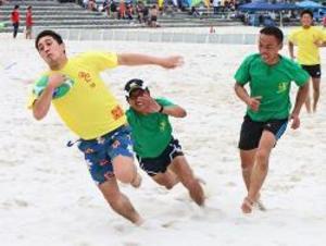 白良浜で熱戦 ビーチラグビー大会