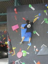 70人が完登に挑戦 八戸でボルダリング・イベント